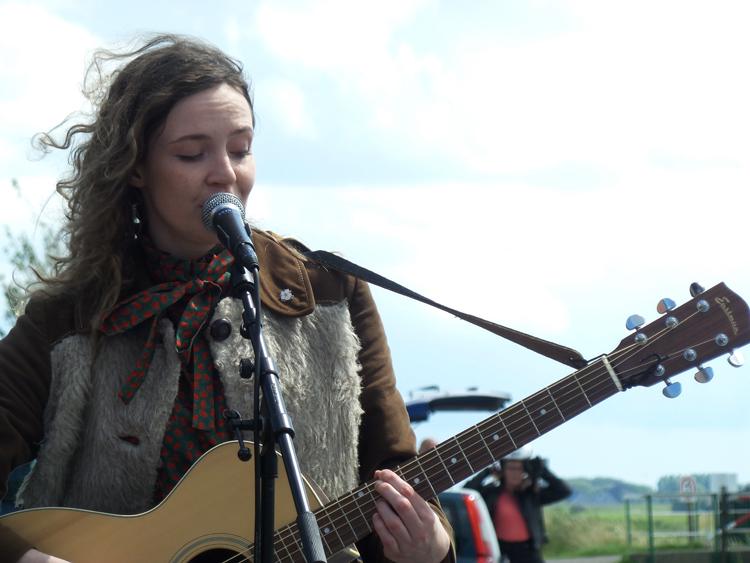 Liedjes over het NIETS dat boven Groningen gaat, Eva Waterbolk